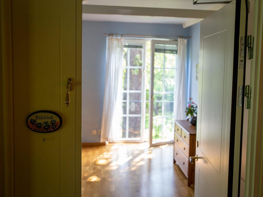 Ett rum på Maria Regina med utsikt över en stor ek i trädgården